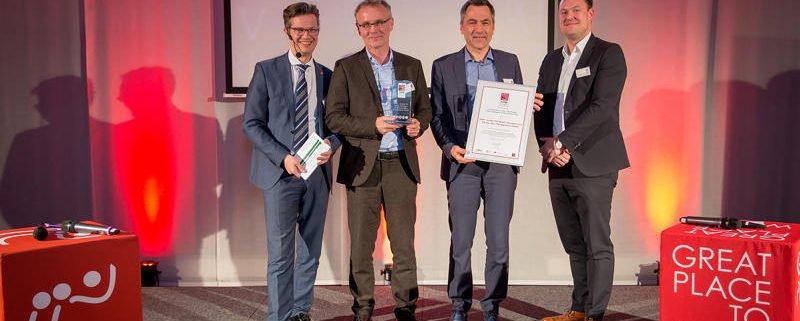 Übergabe der Auszeichnung an die beiden Geschäftsführer der INFA