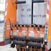 Müllwagen von hinten fotografiert