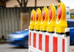 Absperrung mit Warnlichter wegen Straßenschäden.