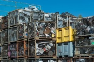 Altmetall-Sammelstelle mit Metallschrott zum Recycling
